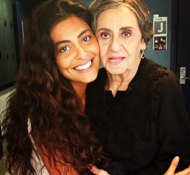 Juliana Paes tira foto com Laura Cardoso nos bastidores de 