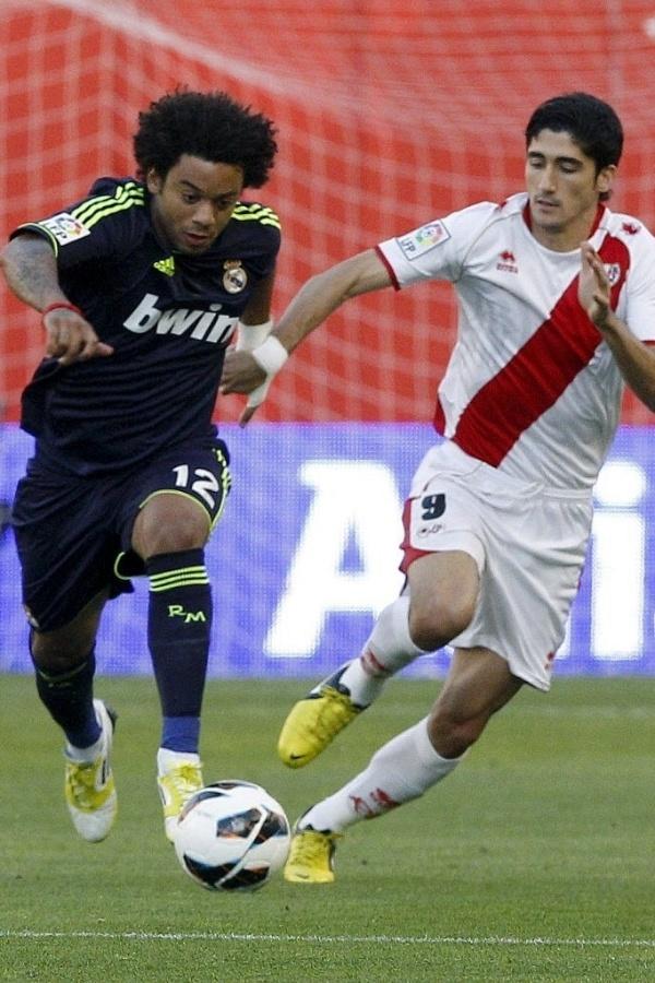 24.set.2012 - Marcelo (e), do Real Madrid, disputa jogada com José Carlos Fernández, do Rayo Vallecano, durante partida pelo Campeonato Espanhol