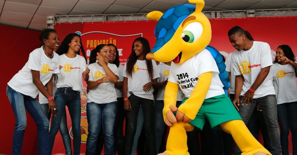 Mascote da Copa do Mundo de 2014 dança em evento no Rio de Janeiro
