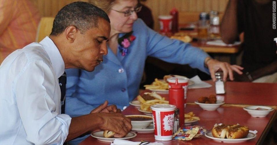 """O tumblr """"Barack Obama Eating Things"""" (Barack Obama comendo coisas, em português) divulga fotos do presidente americano comendo os mais diversos alimentos, desde sorvete até pratos em restaurantes chiques"""