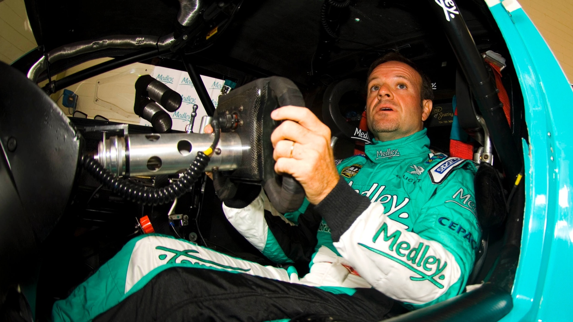 Rubens Barrichello experimenta o cockpit do carro da equipe Full Time durante anncio de sua participao na Corrida do Milho da Stock Car (24/09/2012)