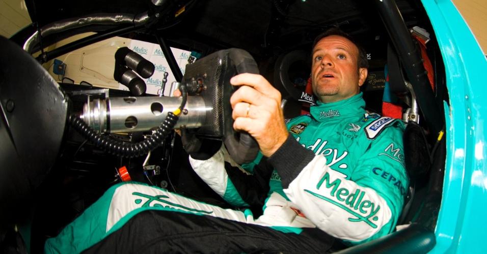Rubens Barrichello experimenta o cockpit do carro da equipe Full Time durante anúncio de sua participação na Corrida do Milhão da Stock Car (24/09/2012)
