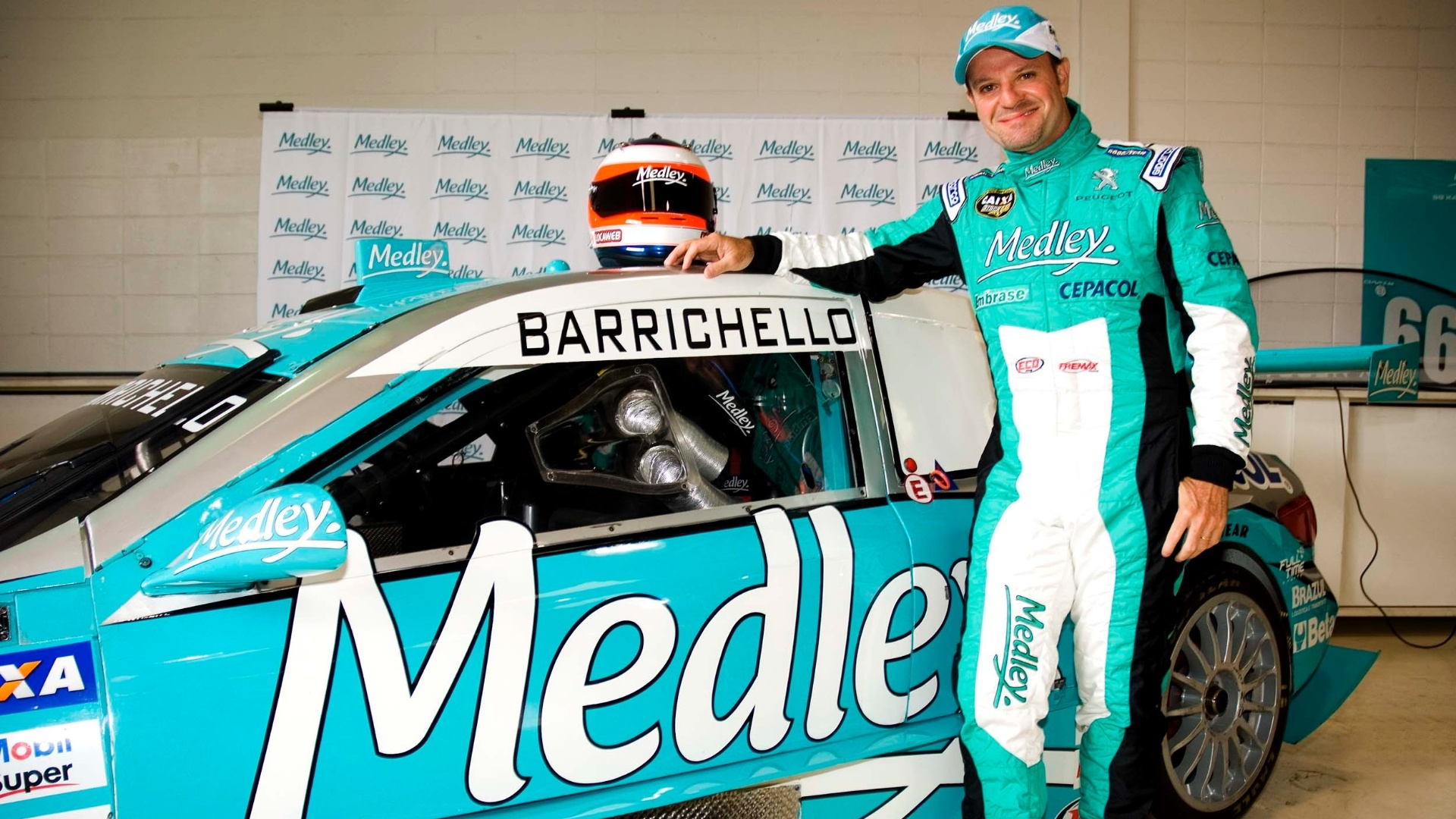 Rubens Barrichello posa ao lado do carro da Full Time, sua nova equipe na Stock Car