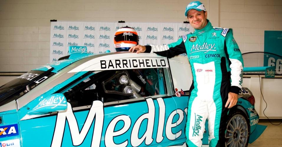 Rubens Barrichello posa ao lado do carro da Full Time, sua nova equipe na Stock Car