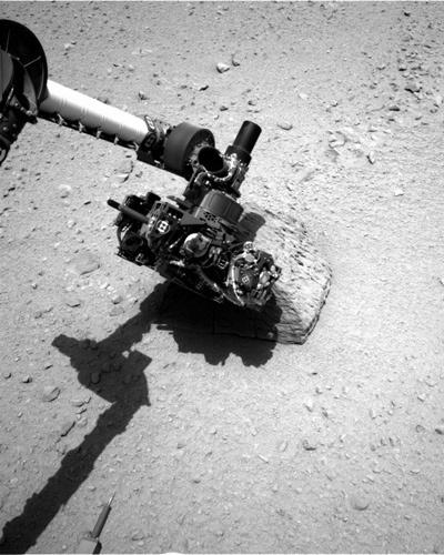 25.set.2012 - A imagem, divulgada pela Nasa (agência espacial americana), mostra o braço robótico do robô Curiosity analisando uma pedra no solo de Marte. Para identificar os elementos, o Curiosity usa partículas alfa de raios-X que produz um feixe de laser que tem impacto na rocha e examina elementos dispersos. Técnicos da agência apelidaram a pedra de 'Jake Matijevic' em homenagem ao engenheiro-chefe de sistemas que operava na área do projeto Curiosity, que morreu em 20 de agosto, aos 64 anos de idade