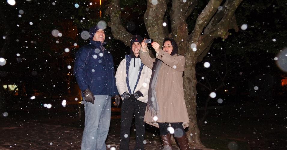 25.set.2012 - Moradores de São Joaquim observam a  neve cair por cerca de 20 minutos na noite desta terça-feira. Às 21h30, os termômetros na cidade marcavam 0,7ºC, mas, com o vento, a sensação térmica era de -9,6ºC