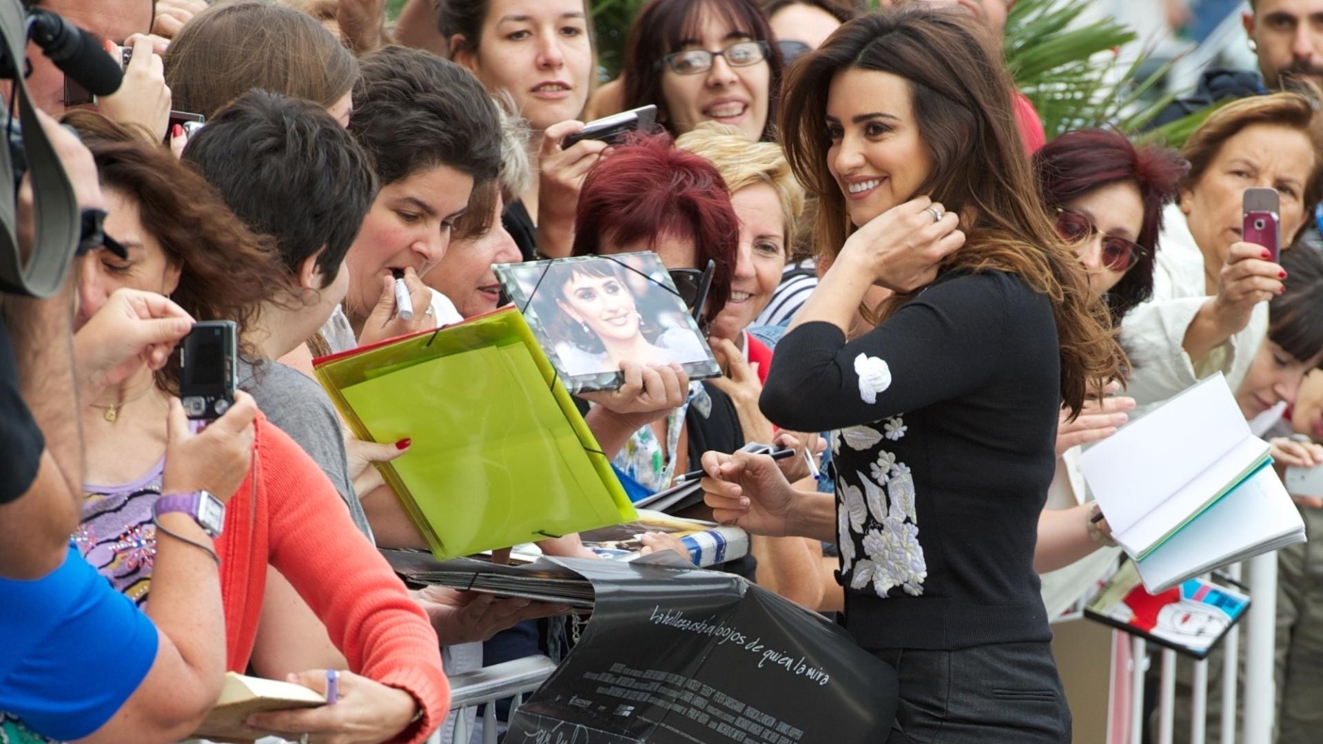 A atriz espanhola Penélope Cruz chega ao Festival San Sebastián e atende os fãs (25/9/12)
