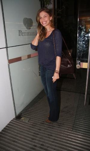 A atriz Grazi Massafera visitou a apresentadora Angélica na maternidade, no Rio (25/9/12)
