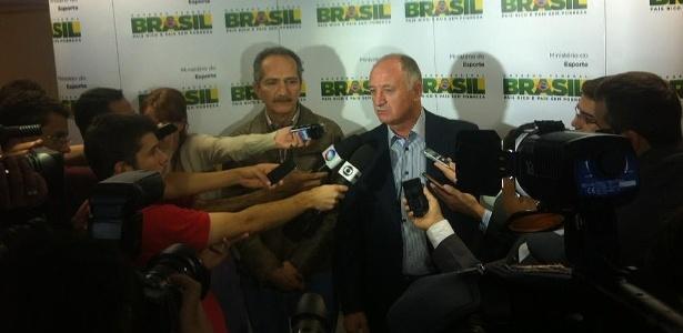 Aldo Rebelo (e) e o técnico Luiz Felipe Scolari conversam com a imprensa após encontro em Brasília