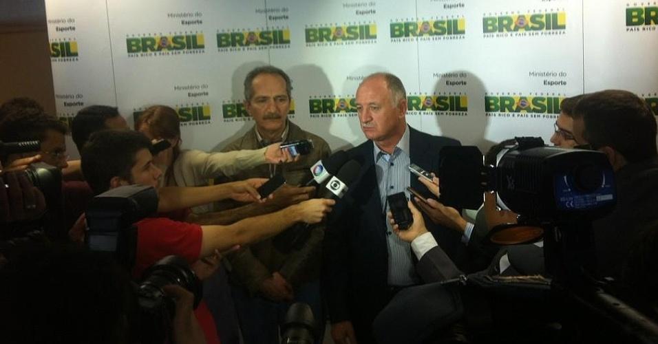 Aldo Rebelo (e), ministro do Esporte, e o técnico Luiz Felipe Scolari conversam com a imprensa após encontro em Brasília (25/09/2012)