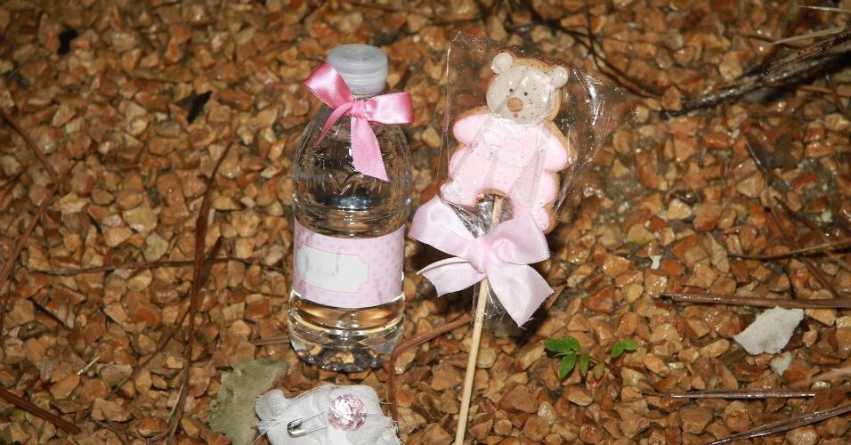 As lembranças dadas por Angélica para os amigos que visitaram Eva incluem uma garrafinha de água, um biscoito e um bem-nascido (25/9/12)