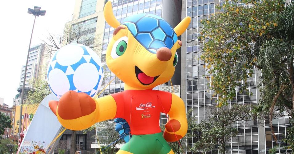 Boneco inflável do tatu-bola mascote da Copa-2014 é exposto em São Paulo, no Vale do Anhangabaú