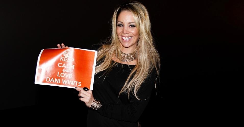 """Danielle Winits segura uma placa """"Keep calm and love Dani Winits"""" durante a pré-estreia da comédia """"Até que a Sorte nos Separe"""" em SP (24/9/12)"""
