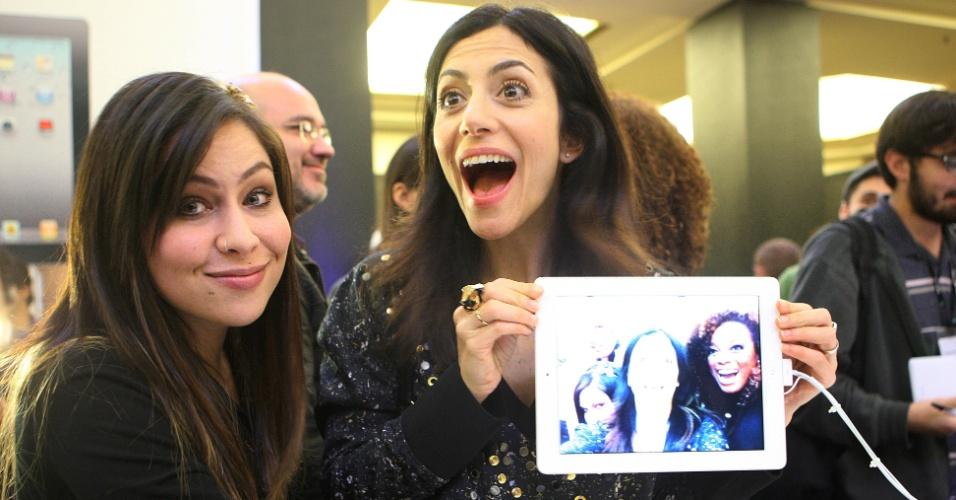 Maio de 2011 - A cantora Pitty (esq) e a apresentadora Marina Person participam do lançamento do iPad 2 em São Paulo