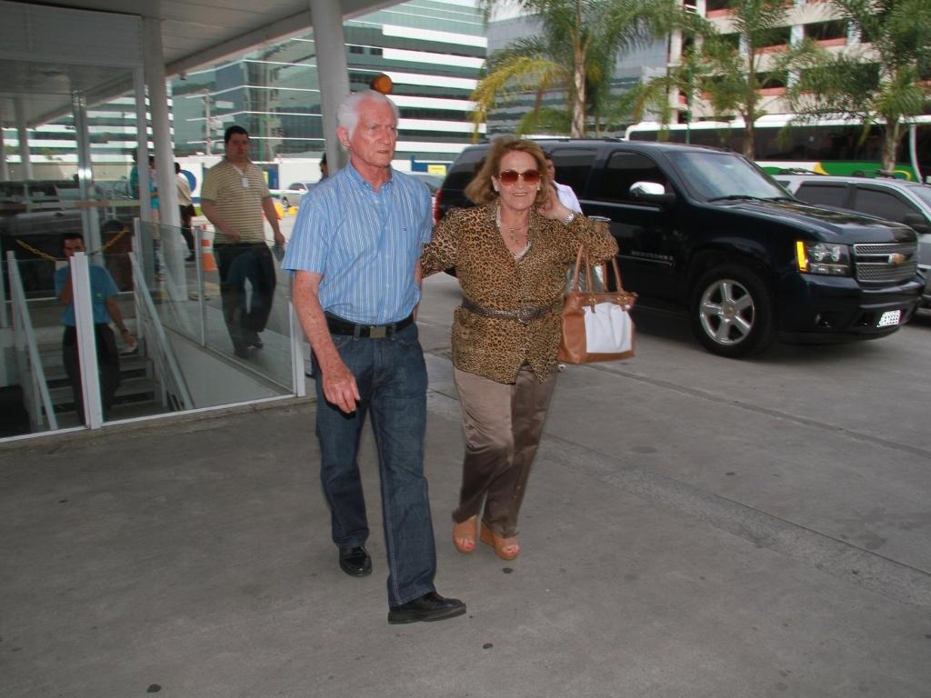 Os pais da apresentadora Angélica, Francisco e Angelina, chegam na maternidade Perinatal, na Barra da Tijuca, zona oeste do Rio (25/9/12)
