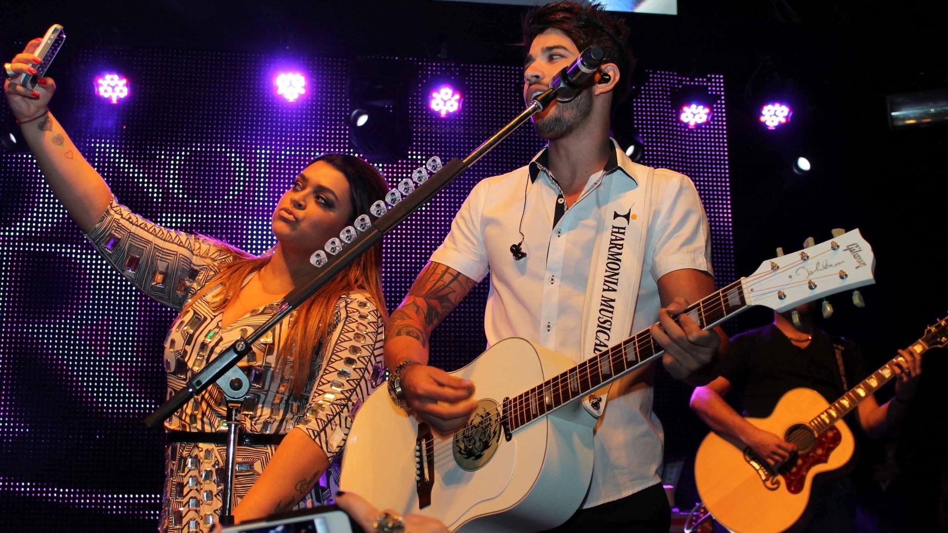 Preta Gil se apresenta com Gusttavo Lima na festa de lançamento da Geo Eventos na Casa Fasano, em São Paulo (24/9/12)