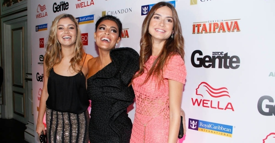 Sophie Charlotte, Juliana Paes e Thaila Ayala posam para fotos durante o evento dos 