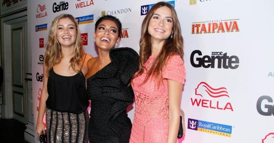 Sophie Charlotte, Juliana Paes e Thaila Ayala posam para fotos durante o evento dos