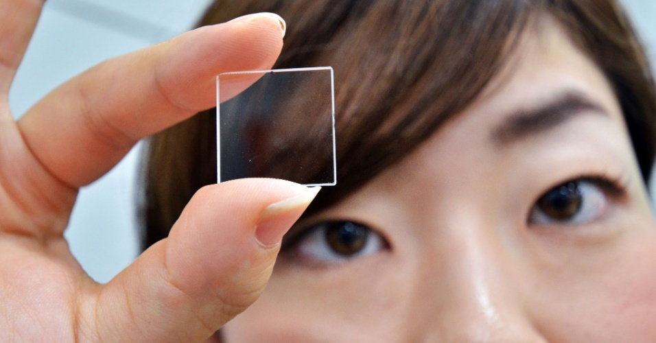 26.set.2012 - A fabricante japonesa Hitachi apresentou nesta semana uma placa de quartzo que seria capaz de armazenar dados. A novidade exibida em Tóquio, no Japão, usa feixe de laser para criar pontos dentro da fina placa, que seriam os responsáveis por guardar as informações. A leitura dos dados, segundo a Hitachi, é feita com um microscópio óptico, que repassa os dados a um software para então exibir a informação em um monitor. Não há previsão de lançamento