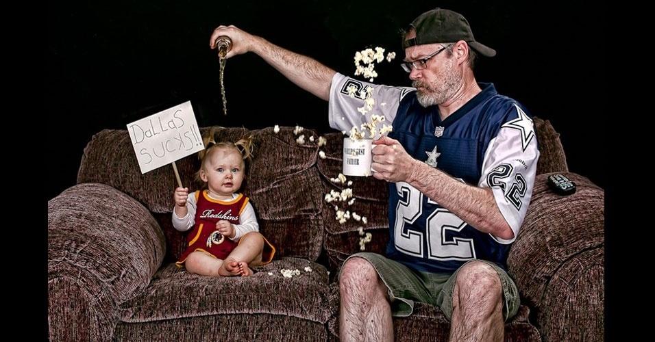 26.set.2012 - A pequena Alice Bee, de apenas dois anos, parece se divertir nas fotos em que tira com o pai, Dave Engledow