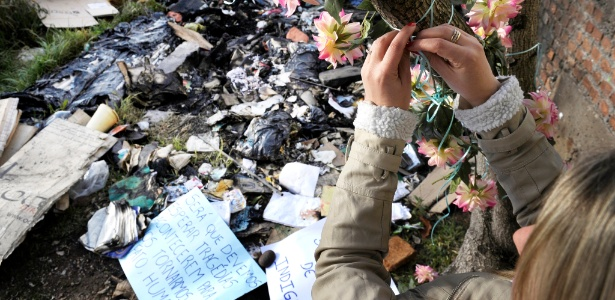 Adolescentes de Caxias do Sul homenageiam o catador de papel Carlos Miguel dos Santos, morto no dia 25 de setembro, após quatro jovens o atearem fogo enquanto dormia. Cartazes e flores de plástico foram deixados junto à árvore onde o morador de rua permanecia
