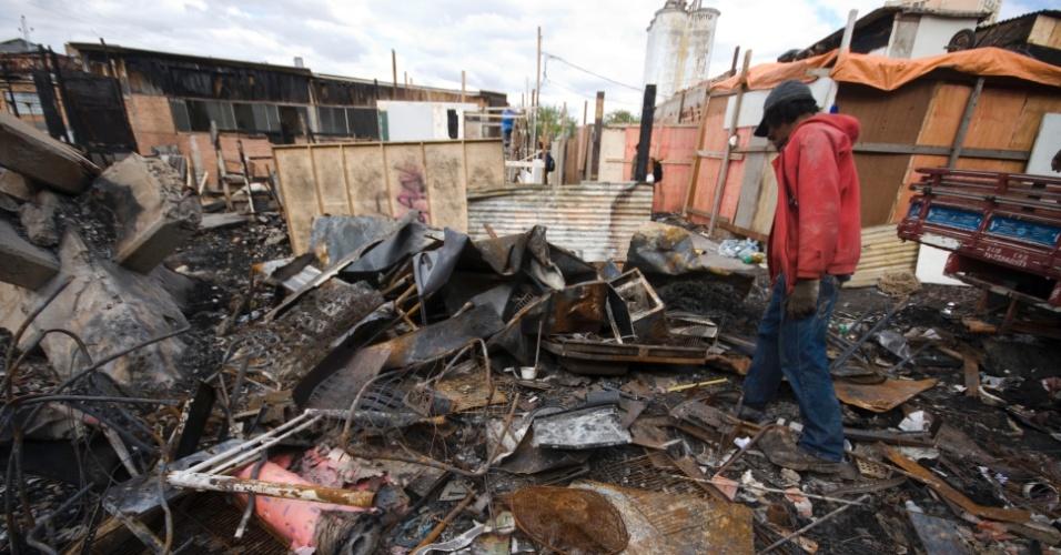 26.set.2012 - Alguns moradores da favela do Moinho, região central de São Paulo, iniciaram a reconstrução dos barracos após o último incêndio que atingiu a comunidade, no último dia 17 de setembro