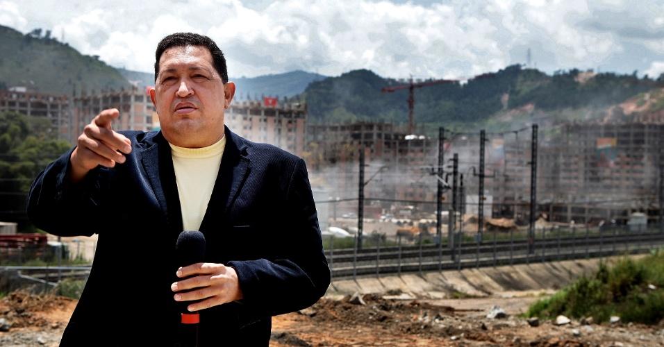 26.set.2012 - Hugo Chavez inspeciona um canteiro de obras de um projeto habitacional em Caracas