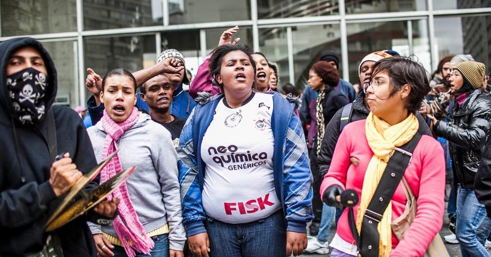 26.set.2012 - Manifestantes participam de protesto organizado para denunciar a onda de incêndios nas favelas de São Paulo. O protesto aconteceu em frente à Câmara de Vereadores municipal