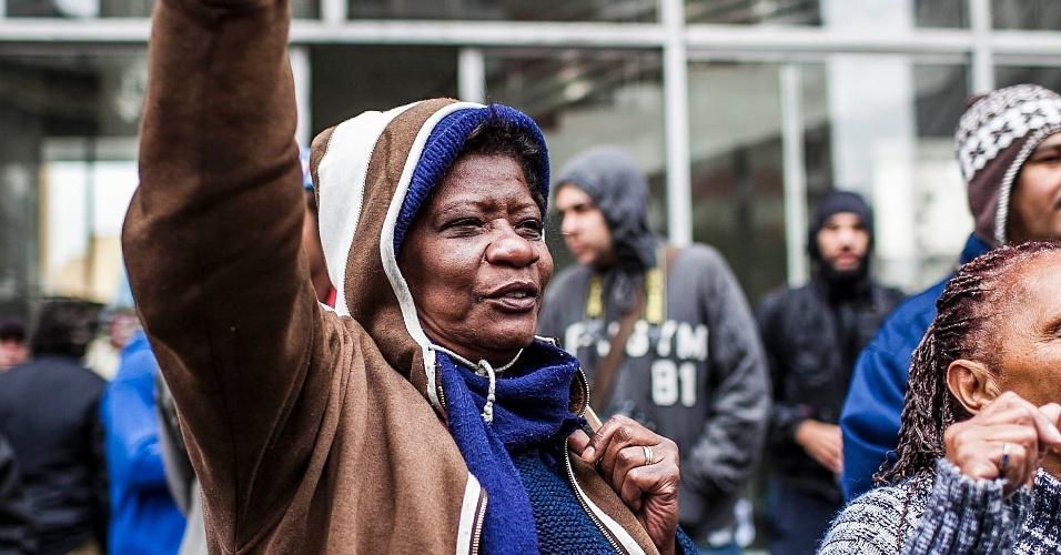 26.set.2012 - Mulher ergue o braço durante protesto organizado para denunciar a onda de incêndios nas favelas de São Paulo. O protesto aconteceu em frente à Câmara de Vereadores municipal