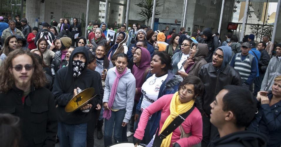 26.set.2012 - Organizações e movimentos populares fazem ato em frente à Câmara Municipal de São Paulo para protestar contra a série de incêndios ocorridos em favelas neste ano. O objetivo é pressionar a Comissão Parlamentar de Inquérito (CPI) da Câmara que investiga as ocorrências nas comunidades paulistanas