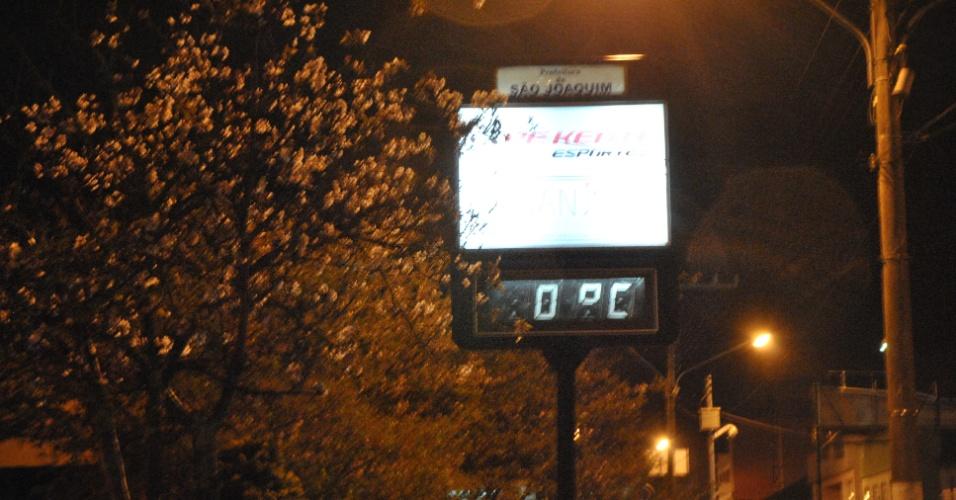 26.set.2012 - Termômetros marcam 0°C na cidade de São Joaquim, na serra catarinense, na madrugada desta quarta-feira (26)