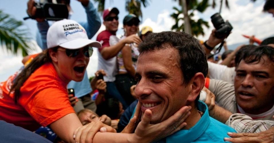 26.set.2012 ? O candidato à Presidência da Venezuela, Henrique Capriles, é cumprimentado por apoiadores durante campanha eleitoral em Yaracuy (Venezuela). Em recente pesquisa, o atual presidente do país, Hugo Chávez, está com 16 pontos de vantagem em relação a Capriles. As eleições venezuelanas ocorrem no dia 7 de outubro