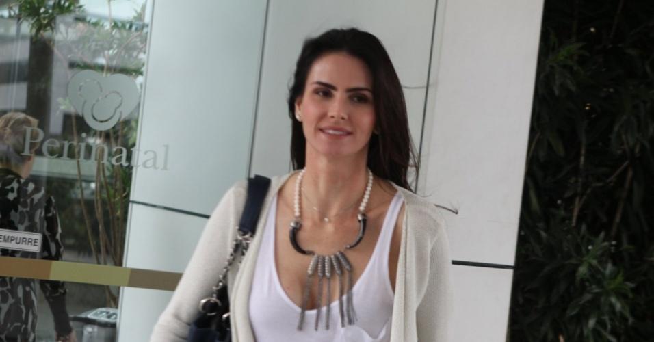 A atriz Lizandra Souto visitou a apresentadora Angélica na maternidade, no Rio (26/9/12)