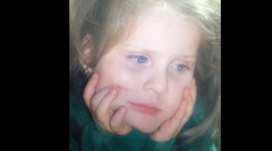 A ex-BBB Renata divulgou uma imagem da infância por meio de sua página do Twitter (26/9/12)