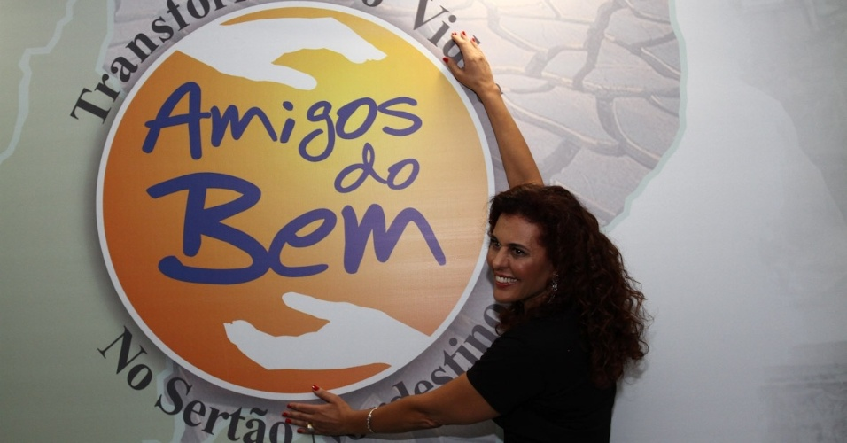 Alcine posa para fotos no show beneficente
