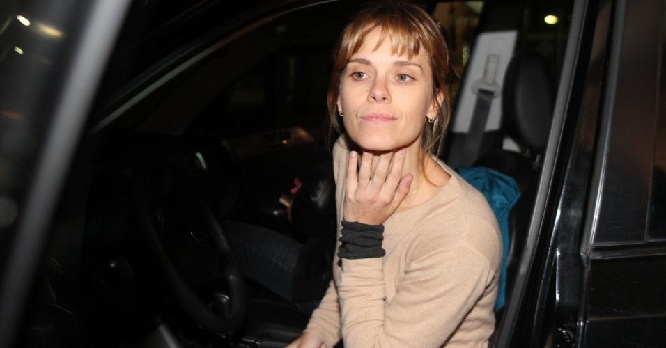 Carolina Dieckmann visitou a apresentadora Angélica nesta quarta na maternidade, no Rio (26/9/12)