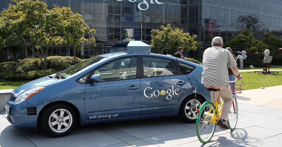 26.set.2012 - O governador da Califórnia, Jerry Brown, assinou na terça-feira (25) uma lei que permite o tráfego de carros sem motoristas em ruas públicas do Estado, para o propósito de testes - a prática já foi aprovada em Nevada. A assinatura foi feita em Mountain View, na sede do Google, empresa com uma frota de carros que dirigem sozinhos
