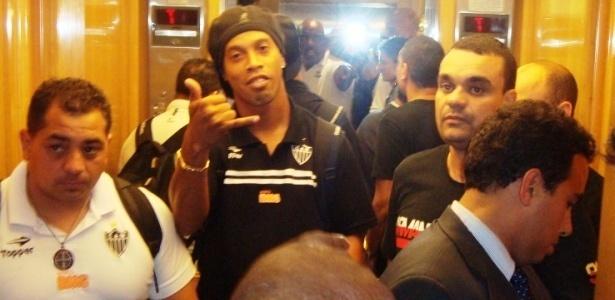 Cercado de seguranças, Ronaldinho Gaúcho acena para jornalistas na chegada ao hotel na zona sul do Rio de Janeiro