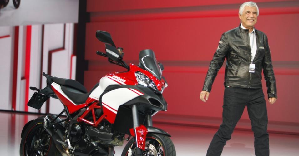 Gabriele Del Torchio, presidente da Ducati, chega de moto, mas sem capacete, à prévia da Volkswagen ao Salão de Paris 2012