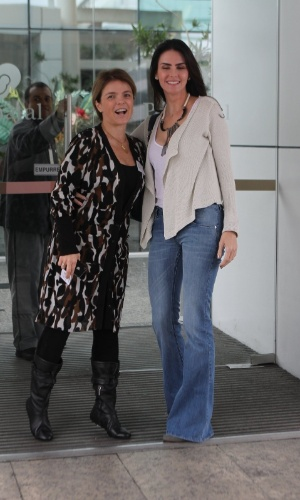 Lizandra Souto e Márcia Marbá, irmã de Angélica, visitaram a apresentadora na maternidade nesta quarta, no Rio (26/9/12)