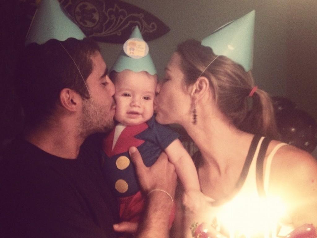 Luana Piovani e Pedro Scooby festejam o aniversário de 6 meses do filho Dom (26/9/12)