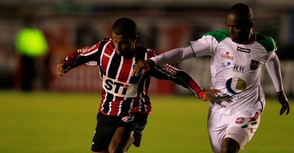 Lucas tenta escapar da marcação de Marcos Mosquera, da LDU de Loja (Equador), durante a partida de ida das oitavas de final da Copa Sul-Americana