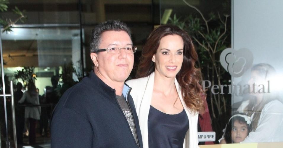 O diretor Boninho e a mulher, Ana Furtado, visitaram Angélica na maternidade nesta quarta, no Rio (26/9/12)