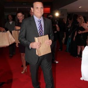 http://imguol.com/2012/09/26/o-jornalista-roberto-cabrini-na-entrega-do-premio-comunique-se-no-hsbc-brasil-em-sao-paulo-25912-1348633987280_300x300.jpg