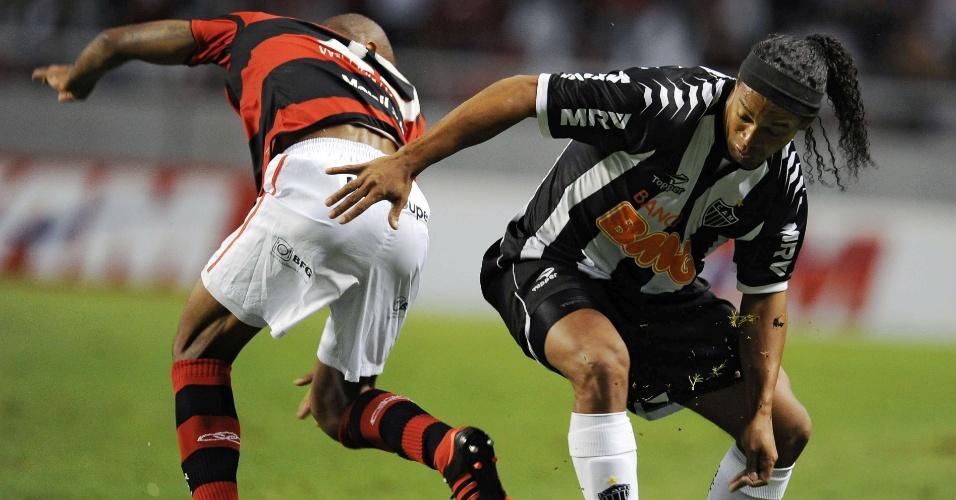 Ronaldinho tenta se livrar da marcação de Wellington Silva, do Flamengo, e levar o Atlético-MG ao ataque no Engenhão