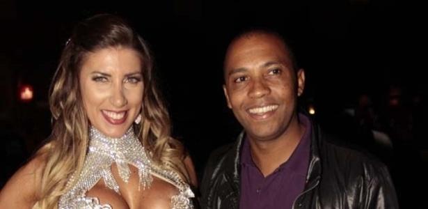 Tatiane Minerato, a rainha da bateria da Gaviões da Fiel, posa com o cantor Salgadinho (25/9/12)