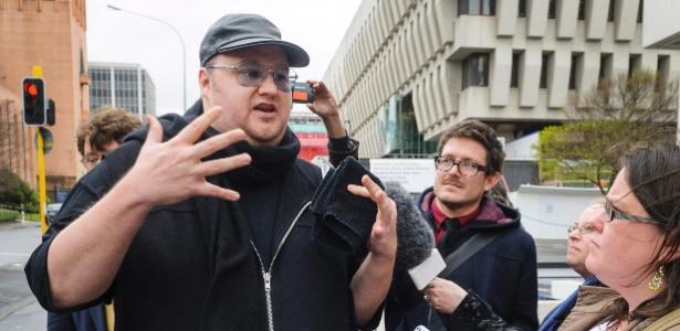 Em imagem de fim de setembro, fundador do Megaupload, fala com jornalistas após deixar corte de Wellington (Nova Zelândia)