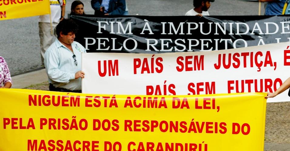 Em 2006, manifestantes protestaram em frente ao Tribunal de Justiça, em São Paulo, enquanto o coronel Ubiratan Guimarães prestava depoimento. Ubiratan foi o chefe da operação policial que em 1992 deixou 111 presos mortos no massacre do Carandiru. Ele morreu em 2006, vítima de assassinato. A principal suspeita é a advogada Carla Cepollina, que mantinha relacionamento com Ubiratan