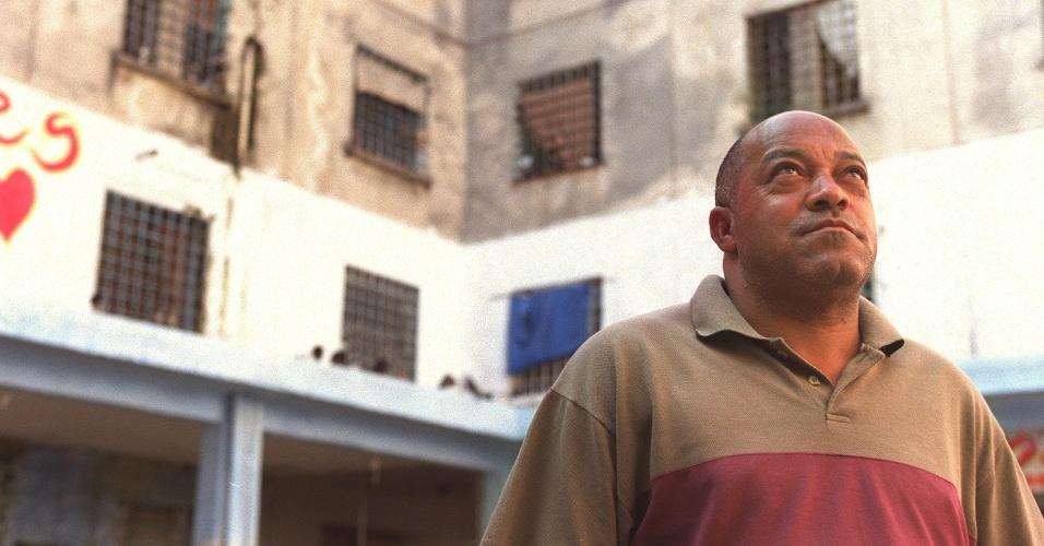 O ex-detento José Isabel da Silva Filho visita o Complexo do Carandiru em 2001. Ele foi um dos que sobreviveram à operação policial que em 1992 deixou 111 presos mortos no presídio. O Tribunal de Justiça de São Paulo marcou o julgamento do massacre do Carandiru para o dia 28 de janeiro de 2013, quando 28 réus serão julgados sobre a ação policial que resultou nas 111 mortes