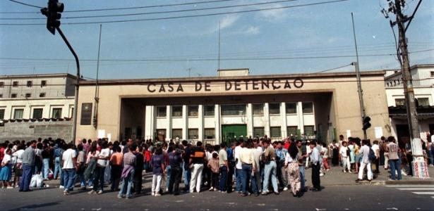 Pessoas se aglomeram em frente à Casa de Detenção de São Paulo, no Carandiru, três dias após operação policial que deixou 111 presos mortos em 1992
